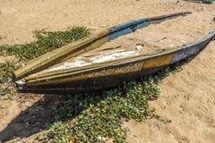 Vista de um barco de pesca velho ou abandonado enterrado na areia da praia, Kailashgiri, Visakhapatnam, Andhra Pradesh, o 5 de ma Fotografia de Stock Royalty Free
