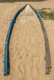 Vista de um barco de pesca velho ou abandonado enterrado na areia da praia, Kailashgiri, Visakhapatnam, Andhra Pradesh, o 5 de ma Imagens de Stock