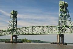 Vista de um barco em James River View de uma ponte velha Imagens de Stock Royalty Free