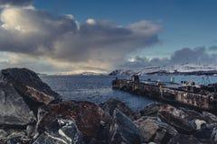 Vista de um cais do norte do mar no inverno imagens de stock