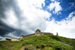 Vista de um castelo velho sobre o monte Fotos de Stock Royalty Free