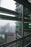 A vista de um de Petronas eleva-se em um KUALA LUMPUR chuvoso Foto de Stock