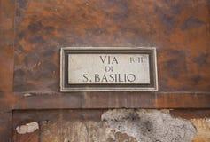 Vista de um dos sinais de rua na parede velha Imagem de Stock