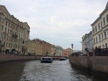 Vista de um dos tributários de Neva River Canais famosos da água de St Petersburg imagem de stock