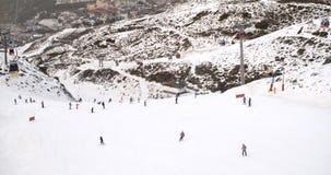 Vista de um elevador de esqui dos esquiadores abaixo na corrida Fotografia de Stock Royalty Free
