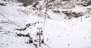 Vista de um elevador de esqui dos esquiadores abaixo na corrida Foto de Stock Royalty Free
