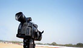 Vista de um gravador de vídeo mantido no suporte para o tiro no ar livre imagens de stock