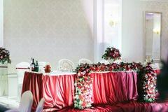 Vista de um lado na tabela vermelha do casamento decorada com r vermelho fotografia de stock