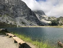 Vista de um lago e de uma montanha nos cumes fotos de stock