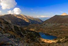 Vista de um lago glacial e o pico o mais elevado no parque nacional Pirin, Bulgária foto de stock royalty free