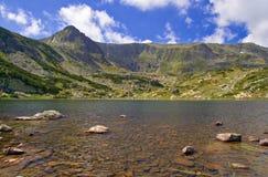 Vista de um lago glacial no parque nacional Rila, Bulgária Fotos de Stock Royalty Free
