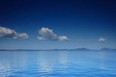 Vista de um mar aberto com uma nuvem no console de Corfu Fotografia de Stock Royalty Free