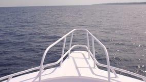 Vista de um mar calmo da curva de um barco vídeos de arquivo