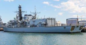 Vista de um navio de guerra no porto de Portsmouth imagens de stock royalty free