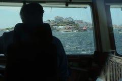Vista de um navio a uma ilha imagens de stock royalty free