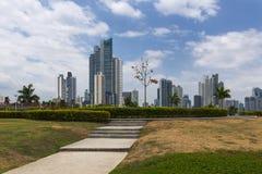 Vista de um parque na baixa da Cidade do Panamá com construções modernas no fundo Foto de Stock