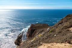 Vista de um penhasco na estrada não 1 à Costa do Pacífico fotos de stock royalty free