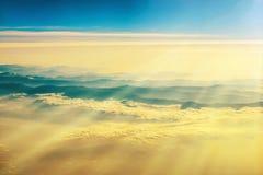 Vista de um plano ao por do sol no céu fotos de stock royalty free