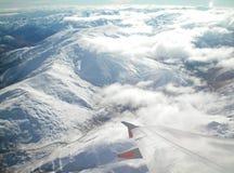 Vista de um plano sobre montanhas neve-tampadas Imagem de Stock Royalty Free