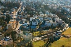 Vista de um ponto culminante à cidade histórica de Salzburg Uma cidade em Áustria ocidental, a capital do estado federal de Fotos de Stock Royalty Free