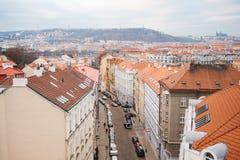 Vista de um ponto culminante Uma vista bonita de cima nas ruas, das estradas e dos telhados das casas em Praga tradicional fotos de stock royalty free