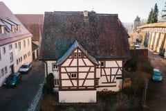 Vista de um ponto culminante a uma rua bonita com uma casa alemão tradicional no der Tauber do ob de Rothenburg em Alemanha imagem de stock royalty free