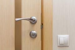Vista de um puxador da porta de uma porta nova aberta Fotografia de Stock Royalty Free