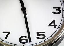 Vista de um relógio análogo branco imagem de stock