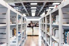 Vista de um salão do livro em uma biblioteca/livrarias imagens de stock royalty free