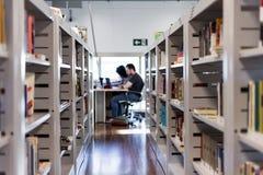 Vista de um salão do livro em uma biblioteca/livrarias fotos de stock royalty free
