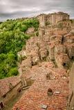 Vista de um vale verde em Sorano sobre telhados vermelhos Fotos de Stock Royalty Free