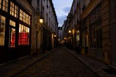 Vista de uma aleia parisiense no distrito do Bastille, França foto de stock royalty free