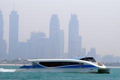 Vista de uma balsa moderna do transporte público da água de Dubai que conecta diversos distritos dentro de Dubai Baía do negócio  imagens de stock royalty free