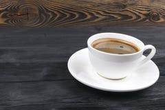 Vista de uma caneca recentemente fabricada cerveja de café do café no fundo de madeira rústico com textura do woodgrain Estilo da imagem de stock royalty free