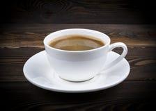 Vista de uma caneca recentemente fabricada cerveja de café do café no fundo de madeira rústico com textura do woodgrain Estilo da fotos de stock royalty free