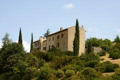 Vista de uma casa francesa típica grande no monte fotografia de stock