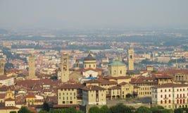 Vista de uma cidade italiana pequena Fotos de Stock