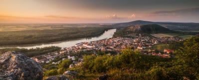 Vista de uma cidade pequena e de um rio com as rochas no primeiro plano foto de stock royalty free
