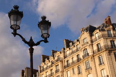 Vista de uma construção e de uma lanterna típicas em Paris Foto de Stock