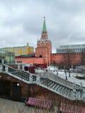 Vista de uma das torres do Kremlin imagem de stock