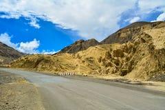 A vista de uma estrada avante aluna em Ladakh na Índia de Kashmir imagens de stock