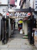 Vista de uma estrada lateral japonesa típica em Osaka fotografia de stock