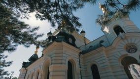 Vista de uma igreja ortodoxa em um penhasco íngreme Steadicam disparou de uma igreja em um fundo da vinda clara do céu azul e do  video estoque