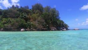 Vista de uma ilha tropical no Oceano Índico, Ile Moyenne, Seychelles 3 video estoque