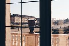 Vista de uma janela em uma casa de campo luxuosa com vaso velho em algum lugar em Italia fotos de stock royalty free