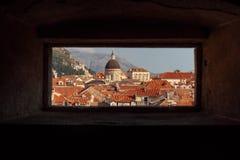 Vista de uma janela na fortaleza à parte superior da igreja em D imagens de stock royalty free