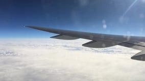 Vista de uma janela plana na asa e na paisagem abaixo dela Asa de um vôo do avião acima das nuvens vídeos de arquivo