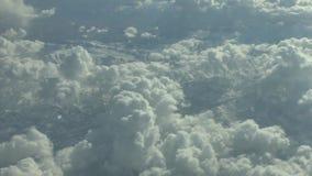 Vista de uma janela plana na asa e na paisagem abaixo vídeos de arquivo