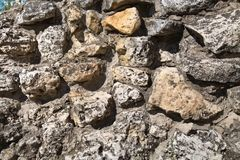 Vista de uma parede das pedras de texturas dos fundos das formas irregulares para pap?is de parede do projeto gr?fico foto de stock