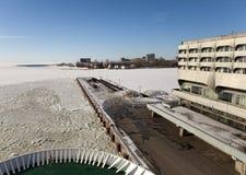 Vista de uma placa da embarcação na construção de Marine Station (porto marítimo) no porto e da amarração no inverno St Petersbur Foto de Stock Royalty Free